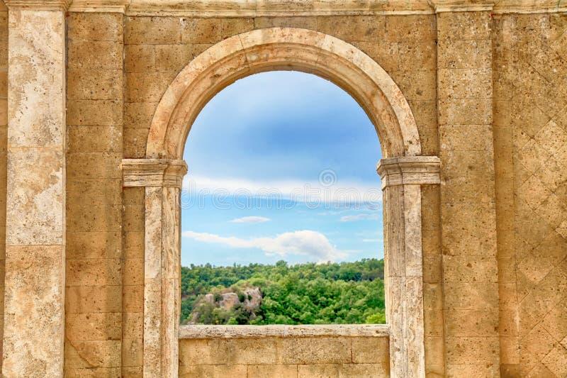 Visión italiana a través de la ventana del arco, Toscana, Italia imagenes de archivo