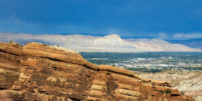 Visión a largo plazo que parece del este sobre Grand Junction del monumento nacional de Colorado fotografía de archivo