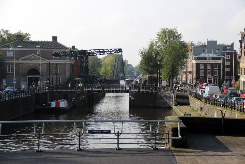 Visión a lo largo de la orilla en Amsterdam Países Bajos fotografía de archivo