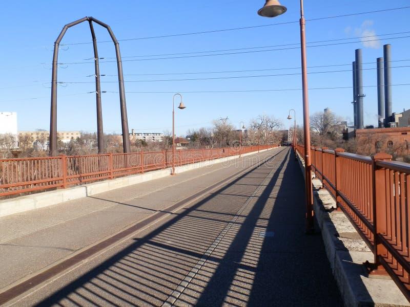 Visión a lo largo del puente fotografía de archivo