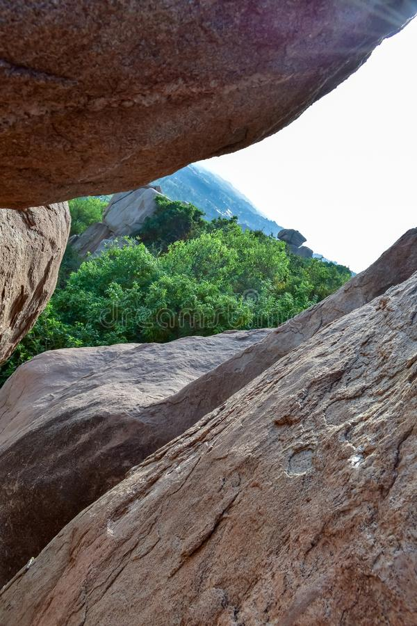 Visión maravillosa entre las rocas imágenes de archivo libres de regalías
