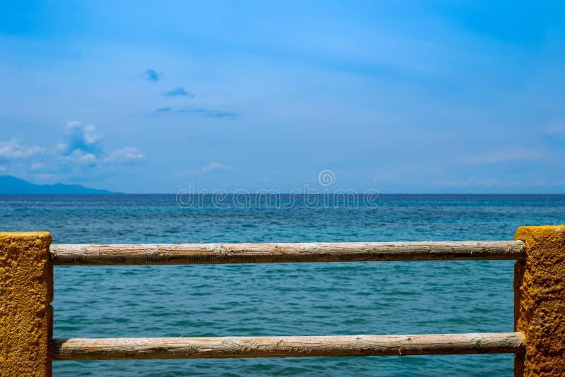 Visión maravillosa sobre el azul mediterráneo al horizonte, a la cerca de la madera y a la piedra en el primero plano fotos de archivo libres de regalías