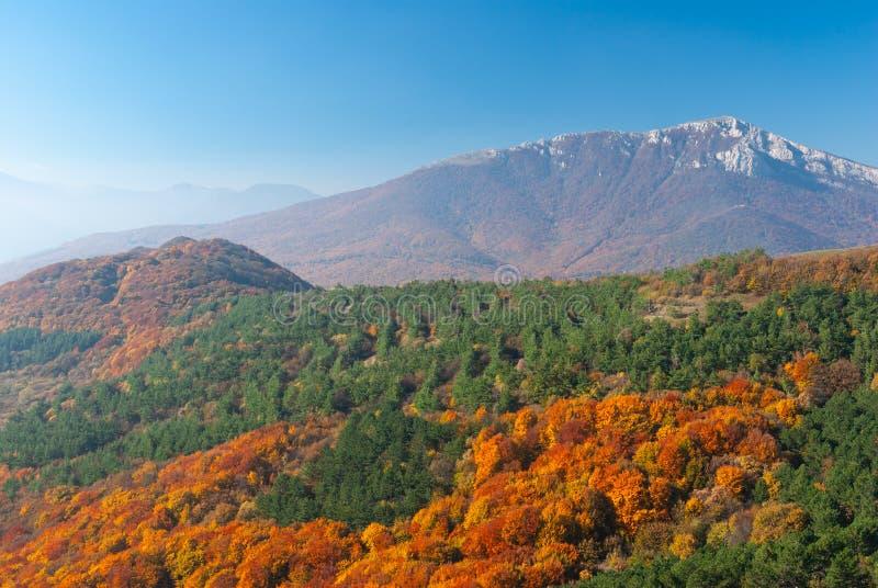 Visión otoñal desde el pasto Demerdzhi de la montaña al macizo montañoso de Chatyr-Dah fotos de archivo