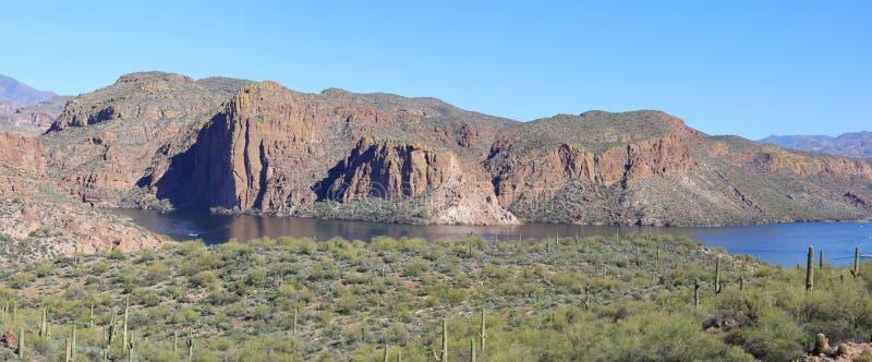 Visión panorámica: Acantilados, agua y árboles en el lago canyon, Arizona fotografía de archivo libre de regalías