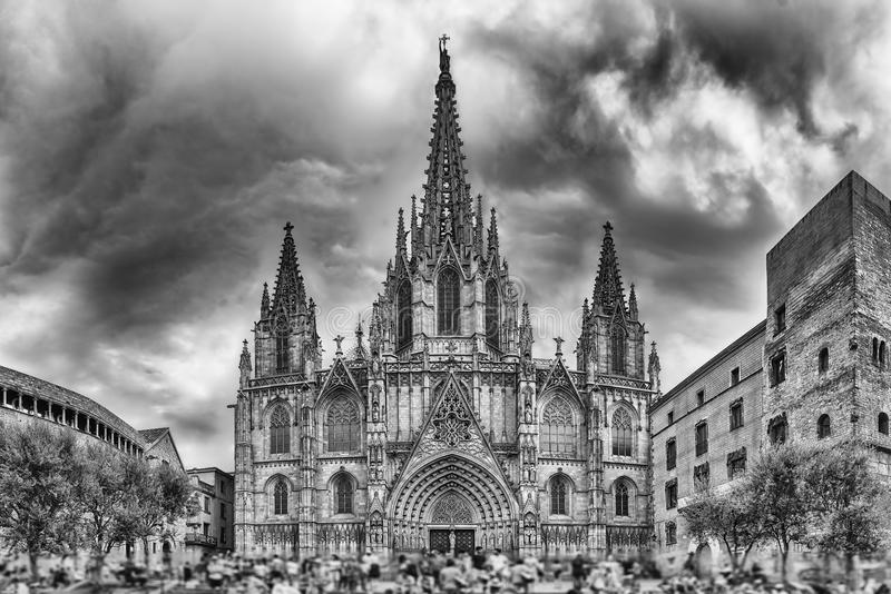 Visión panorámica con la fachada de la catedral de Barcelona, Cataluña fotos de archivo