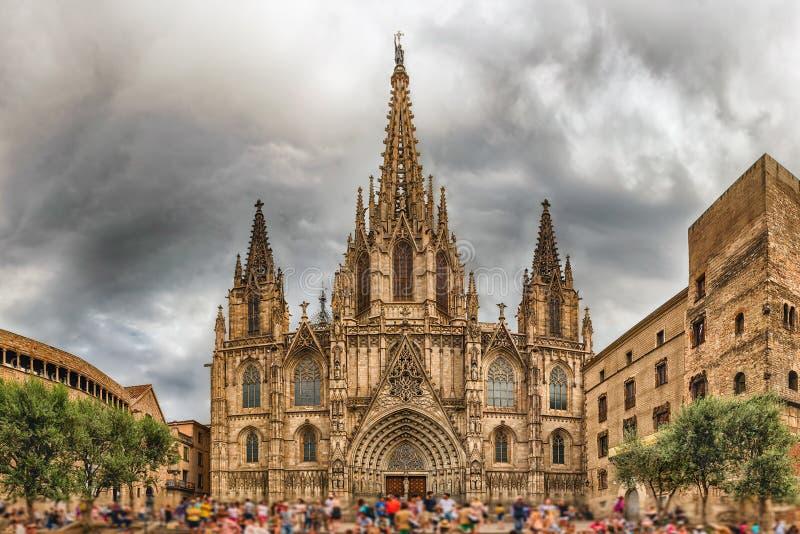 Visión panorámica con la fachada de la catedral de Barcelona, Cataluña imagenes de archivo