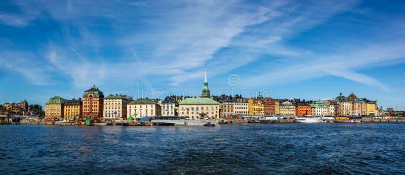 Visión panorámica desde el agua de los edificios coloridos del puerto de Estocolmo en un día soleado brillante imágenes de archivo libres de regalías