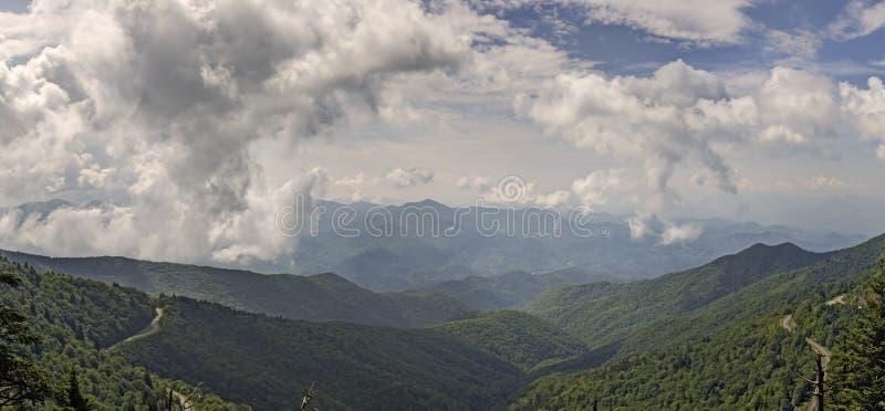 Visión panorámica desde el botón de Waterrock, Ridge Parkway azul fotografía de archivo