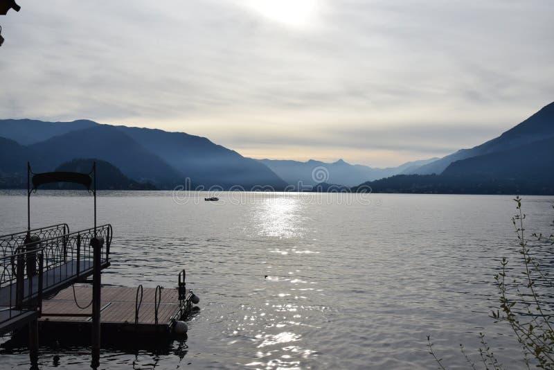 Visión panorámica desde el lago Como Varenna fotos de archivo