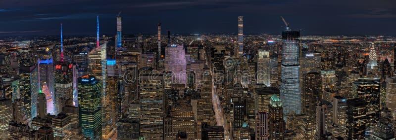 Visión panorámica desde el top del observatorio de la roca en la noche fotografía de archivo