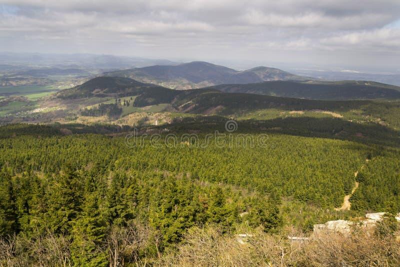 Visión panorámica desde la montaña bromeada cerca de Liberec en República Checa foto de archivo