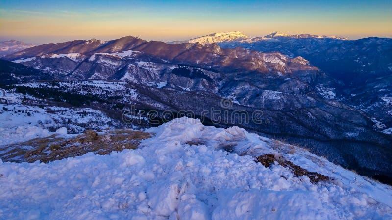 Visión panorámica desde la montaña de Vettore en la puesta del sol fotografía de archivo libre de regalías