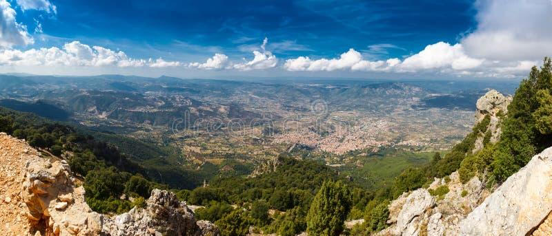 Visión panorámica desde las montañas en Cerdeña imágenes de archivo libres de regalías