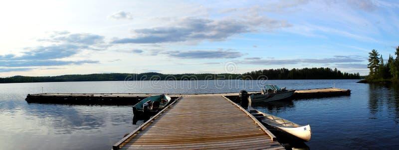 Visión panorámica: Embarcadero de madera hermoso en el lago en Ontario/Canadá imagenes de archivo