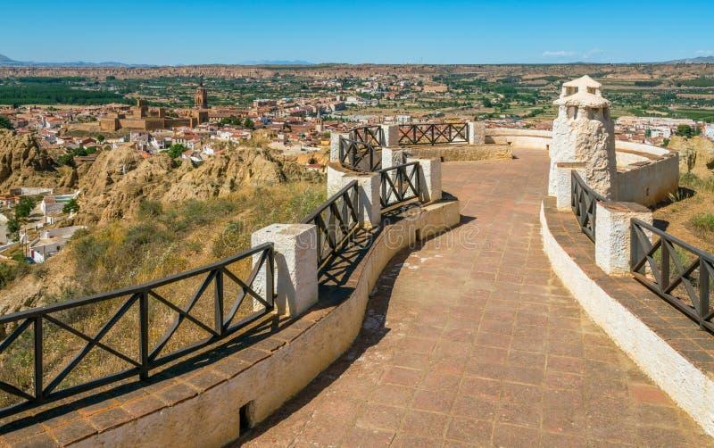 Visión panorámica en Guadix, en el territorio de Sierra Nevada, provincia de Granada, España imagen de archivo