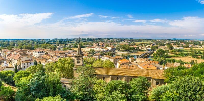 Visión panorámica en la ciudad de Beziers con la iglesia de StJude en Francia imagen de archivo