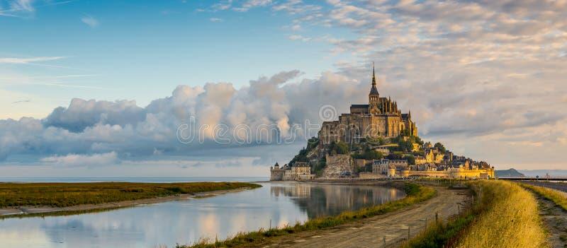 Visión panorámica en la mañana Mont Saint-Michel imágenes de archivo libres de regalías