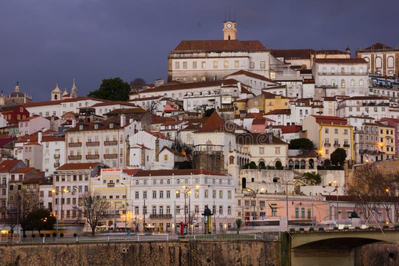 Visión panorámica en la noche Coímbra portugal foto de archivo libre de regalías