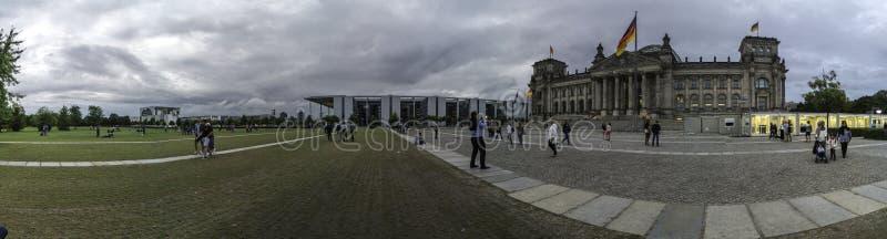 Visión panorámica en la puesta del sol del parque de estado en donde se localiza el Reichstag, construyendo donde localizan al pa fotos de archivo