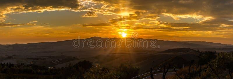 Visión panorámica en la puesta del sol sobre el campo de Toscana de Volterra en Italia fotografía de archivo libre de regalías