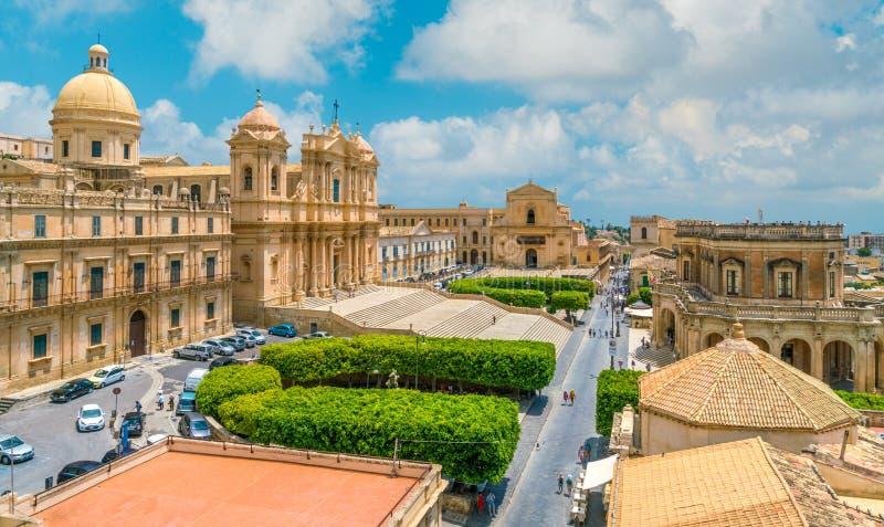 Visión panorámica en Noto, con la catedral y el Palazzo Ducezio Provincia de Siracusa, Sicilia, Italia imagenes de archivo