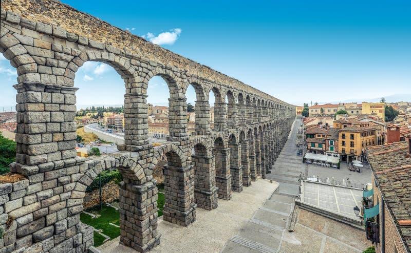 Visión panorámica en Plaza del Azoguejo y el acueducto romano histórico fotos de archivo