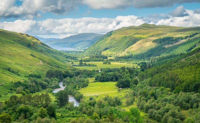 Visión panorámica en reserva de naturaleza nacional de la garganta de Corrieshalloch con la escoba del lago en el fondo fotografía de archivo libre de regalías