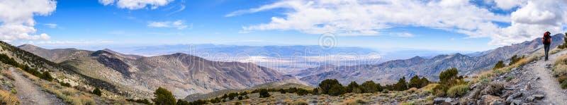 Visión panorámica hacia el lavabo de Badwater del rastro para resumirse el pico, parque nacional de Death Valley, caminante que s imagen de archivo libre de regalías