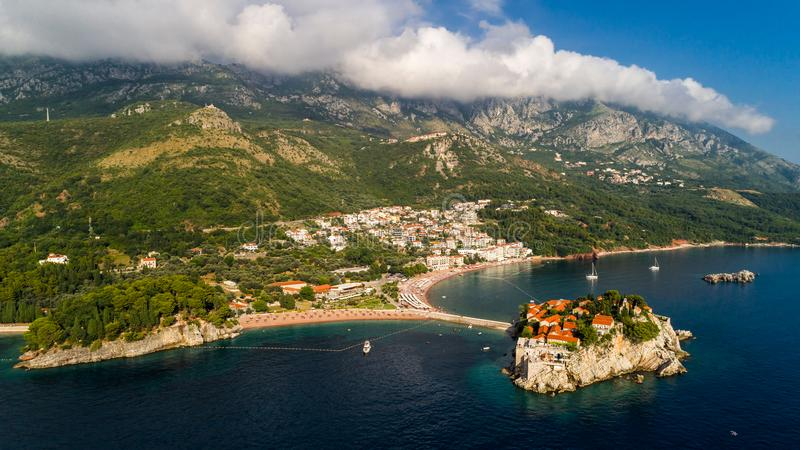 Visión panorámica hermosa aérea en la isla de Sveti Stefan en Budva, Montenegro fotos de archivo libres de regalías