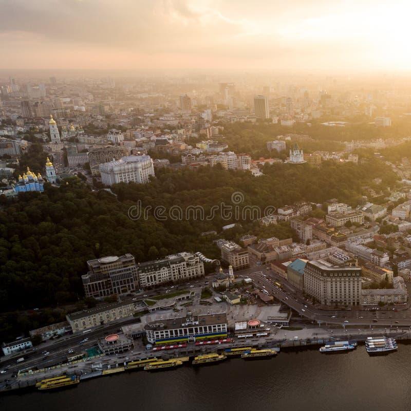 Visión panorámica hermosa desde el aire a una ciudad moderna en la neblina en la puesta del sol Centro de Kiev, Ucrania Silueta d imágenes de archivo libres de regalías