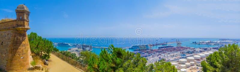Visión panorámica hermosa desde la montaña al mar, puerto, torre Barcelona de Montjuic de la fortaleza imagen de archivo