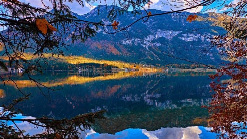 Visión panorámica hermosa en el lago austríaco de las montañas Casas rurales del viejo vintage y casas barco de madera en las mon imagen de archivo