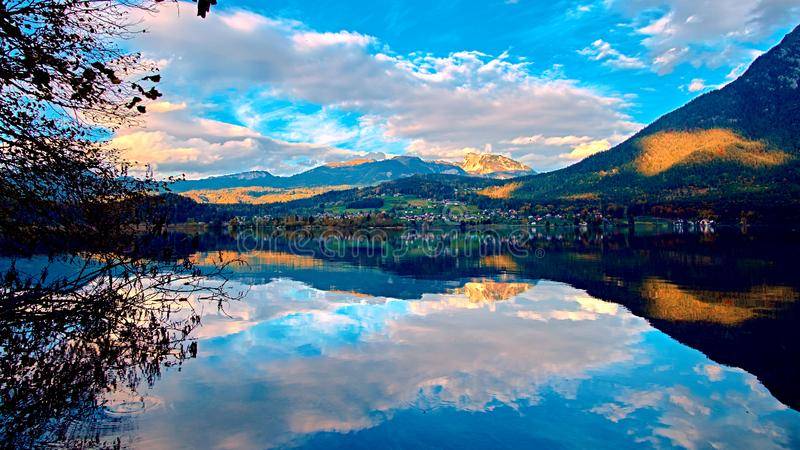 Visión panorámica hermosa en el lago austríaco de las montañas Casas rurales del viejo vintage y casas barco de madera en las mon imagen de archivo libre de regalías