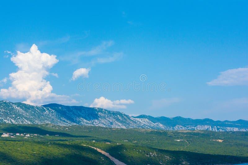 Visión panorámica hermosa en Krk, Croacia con el mar adriático Paisaje hermoso con las montañas foto de archivo