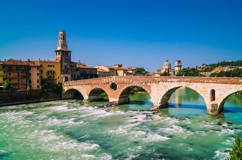 Visión panorámica para tender un puente sobre Ponte Pietra en Verona en el río del Adigio imágenes de archivo libres de regalías