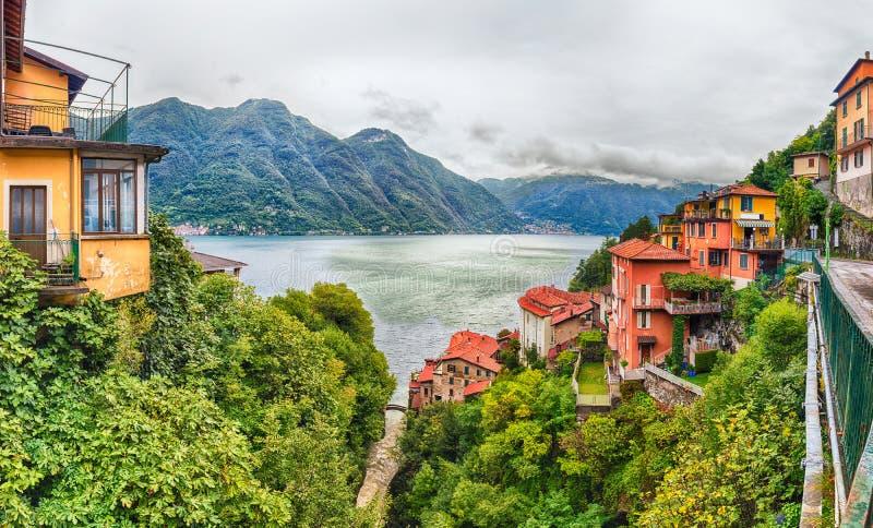 Visión panorámica sobre el lago Como de la ciudad de Bellano, Italia fotografía de archivo