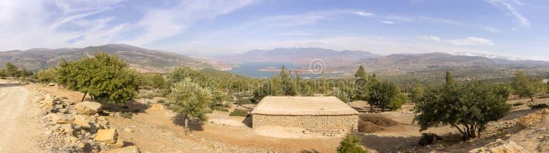 Visión panorámica sobre el lago EL-Ouidane del compartimiento de la presa, alto atlas foto de archivo