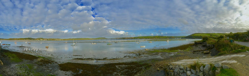 Visión panorámica sobre el río con los barcos foto de archivo