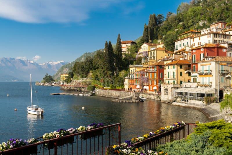 Visi?n panor?mica sobre la ciudad de Varenna, en el lago Como, en Italia, Europa imagen de archivo libre de regalías