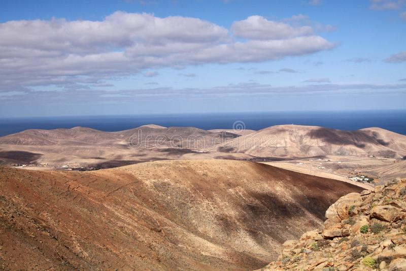Visión panorámica sobre las montañas de Betancuria a Océano Atlántico, Fuerteventura, islas Canarias fotografía de archivo libre de regalías