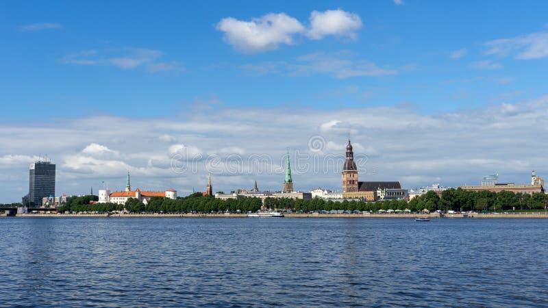 Visión panorámica a través del río del Daugava en la catedral de Riga en la ciudad vieja, Letonia, el 25 de julio de 2018 fotos de archivo libres de regalías