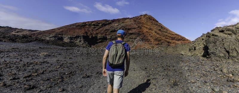 Visión panorámica: un senderismo del backpacker entre conos volcánicos imágenes de archivo libres de regalías