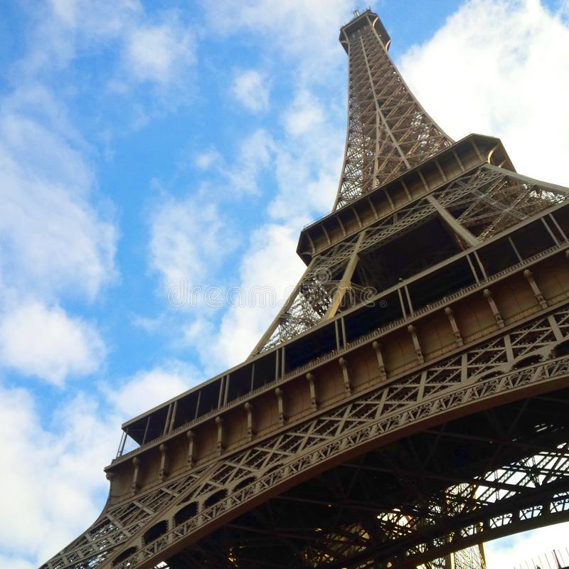 Visión para arriba a través de la fachada de la torre Eiffel en París imagen de archivo