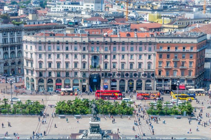 Visión para el cuadrado de Piazza del Duomo Cathedral del tejado de Milan Cathedral imagenes de archivo