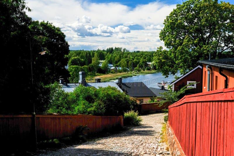 Visión para la calle vieja en Porxoo, ciudad vieja de Finlandia en el río de Porvoonjoki imágenes de archivo libres de regalías