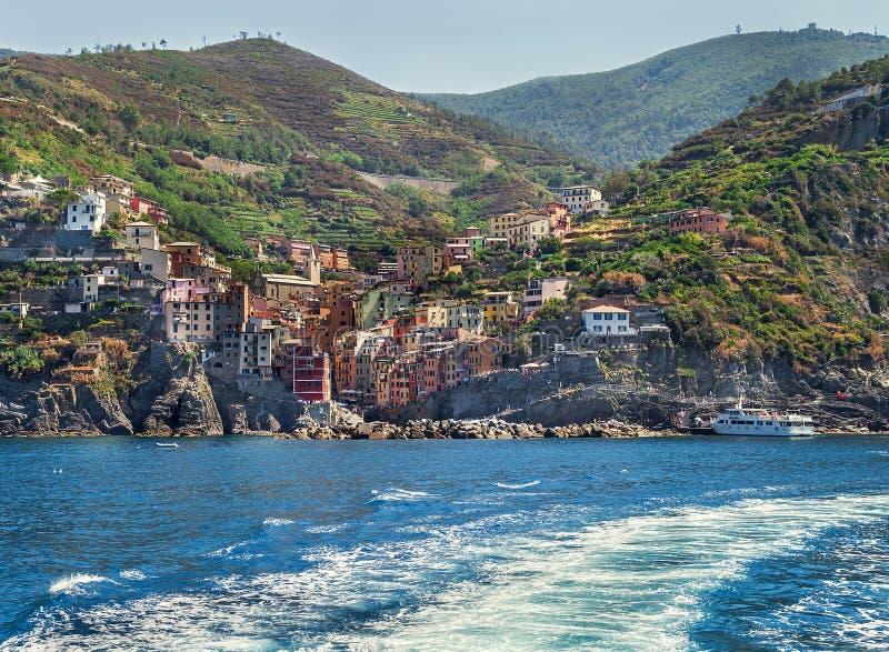 Visión pintoresca desde el mar en Rio Maggiore en el área de Cinque Terre fotografía de archivo libre de regalías