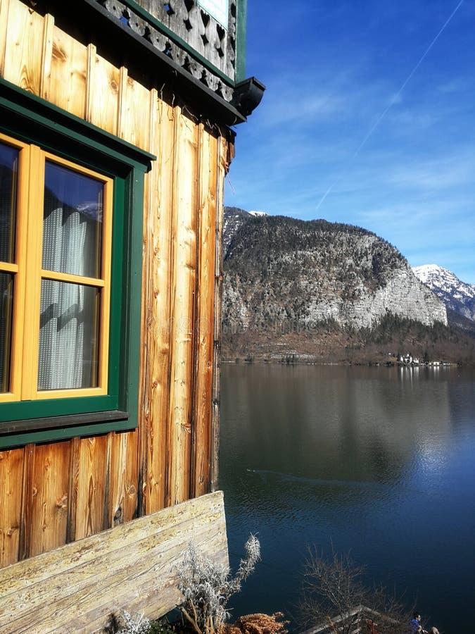 Visión pintoresca en ventana las montañas, el lago y del pueblo de Hallstatt fotografía de archivo libre de regalías