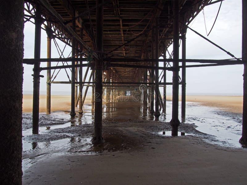 Visión por debajo el embarcadero del norte de Blackpool que muestra la estructura portante y las columnas del metal imagen de archivo libre de regalías