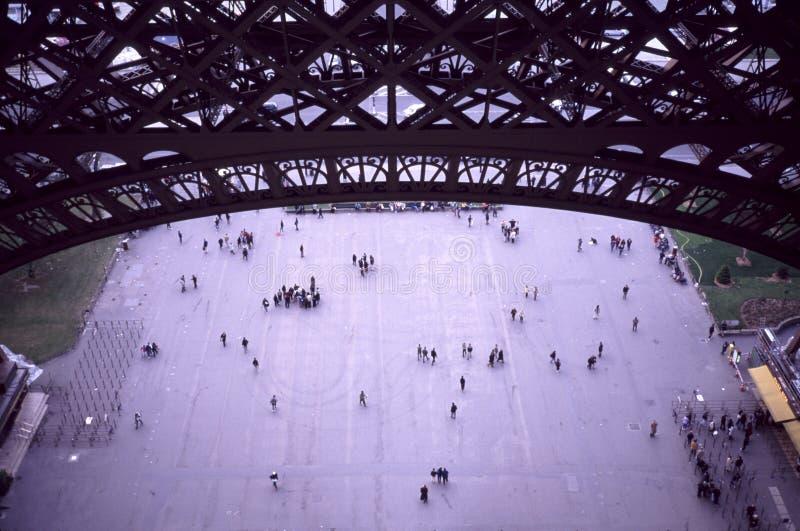 Visión por dentro de la torre Eiffel fotografía de archivo libre de regalías
