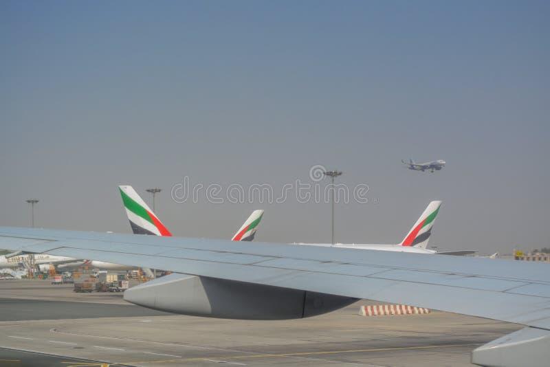 Visión por dentro de un aeroplano, de la pista de aterrizaje del aeropuerto en Dubai fotos de archivo